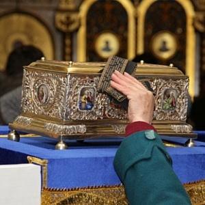 В това златно ковчеже се съхранява безценната реликва, останала ни от Пресвета Богородица