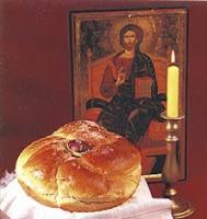 Козунак с едно червено яйце пред иконата на Христос и запалената свещ