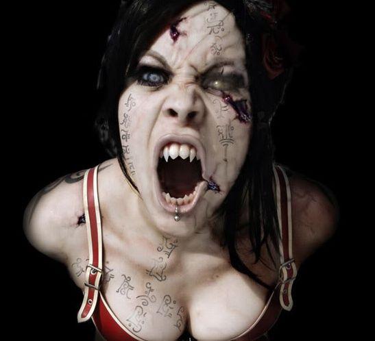 Дама Пика съществува! Видяхме я в огледалото - цялата в кръв и с мъртвешка кожа!