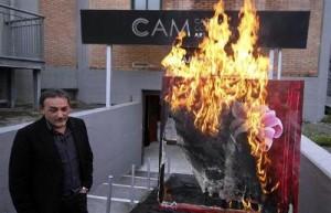 Антонио Манфреди гори картина в знак на протест