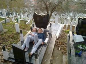 момичета-гроб-300x225 (1)