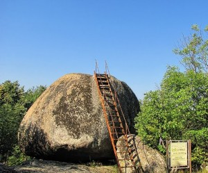 По металната стълба посетителите се качват на повърхността