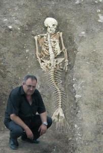 Проф. Божидар Димитров позира до скелета на русалката. Да, ама не!