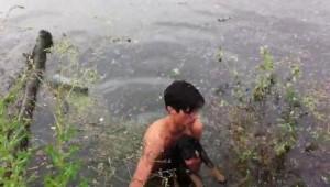 Истински герой! Момче спаси кученце от удавяне (ВИДЕО)