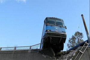 Автобусът е над пропастта - 4 студенти загиват на място