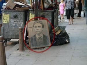 Снимка, на която ясно се вижда къде е изхвърлен портрета на дякона Васил Левски, отдал живота си за свободата на България, потресе потребители във Facebook