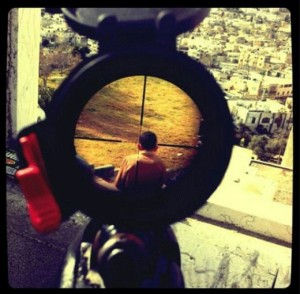 израелски войник се прицелва в палестинско дете