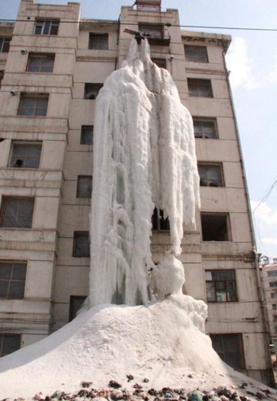 Близък план на уникалния леден водопад в Китай!