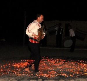 Нестинар танцува върху жаравата с иконата в ръце