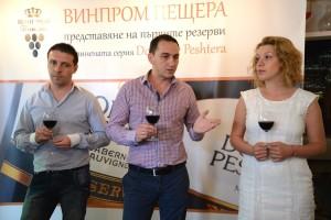 """Производственият мениджър на """"Винпром Пещера"""" Георги Кавлаков (в средата), Рангел Пейков – технолог вино в компанията (вляво) и бранд мениджърът Райна Николова (вдясно), разкриха тайната на невероятния вкус на вината"""