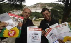 Бизнесмените раздават предпазни средства и брошури срещу СПИН