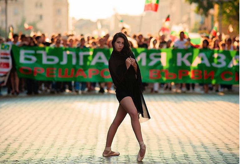Черният лебед се появи на протестите (СНИМКИ)
