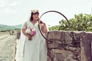 Роуз е в красива бяла рокля и с брачна халка, каквато поръчва и за своя възлюбен
