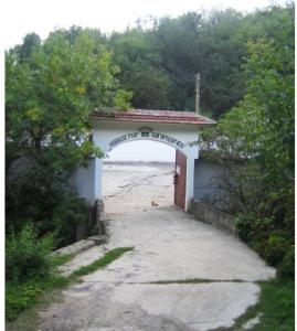 Входа на манастира - едно уникално и вълшебно райско кътче