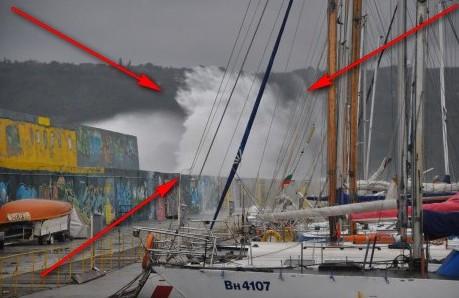 Природна стихия връхлетя бреговете на Варна (ЕКСКЛУЗИВНО ВИДЕО)