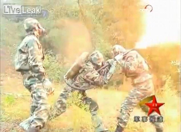 Войници с огнехвъргачки спасяват хората от гигантски стършели-убийци! (ВИДЕО)