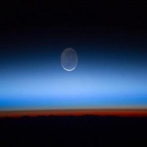 Слабата светлина от тъмната страна на Луната е всъщност с тюркоазен цвят