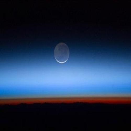 Тъмната страна на Луната е с тюркоазен цвят