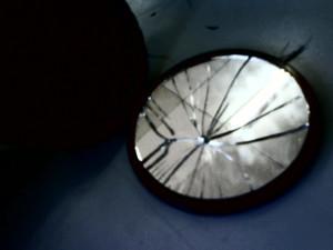 Дали ако счупиш огледало те очакват 7 години нещастие. Може би, не! Има някой неща, които могат да неутрализират проклятието на счупеното огледало