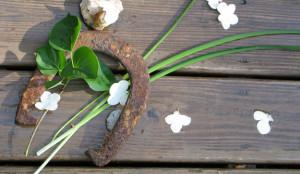Поставянето на подкова за късмет е един от най-разпространените ритуали