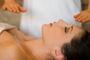 Самостоятелното лечение с рейки става само след като сте инициирани в рейки 1 или 2 степен
