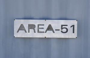Зона 51 е се едно  от онези места, за които има безброй теории и никой не знае колко от тях са верни