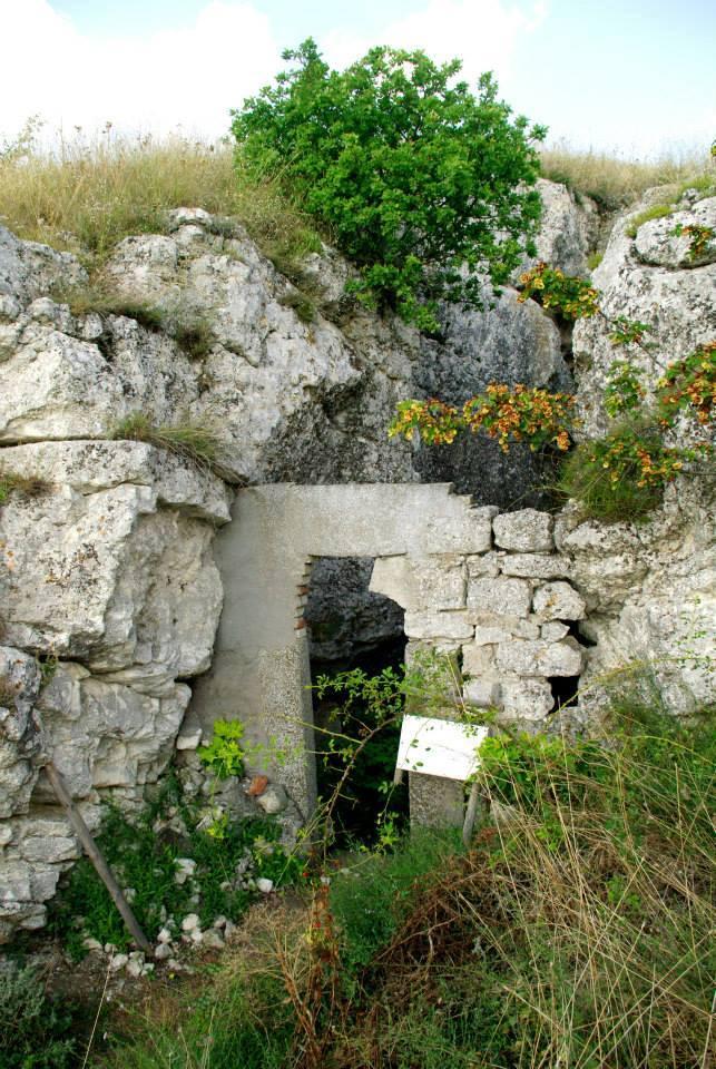 Лековита вода тече по стените на уникална скална църква