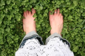 Събуйте обувките си и позволете на мощната лечебна сила на земята да премине през вас