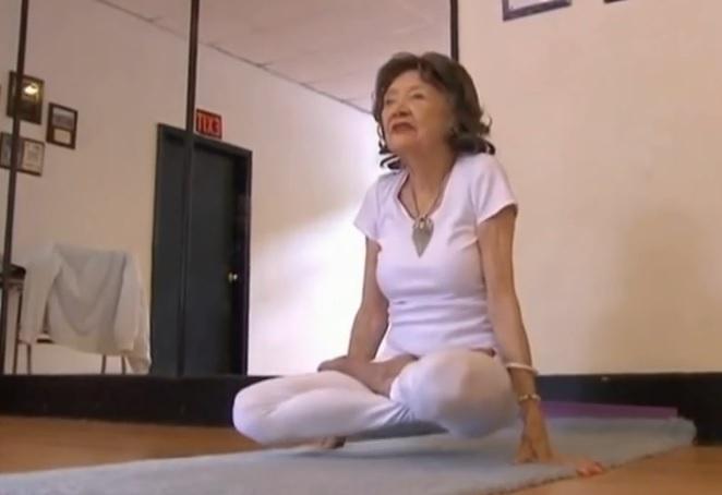 96-годишна преподава йога и е завидно гъвкава! (ВИДЕО)