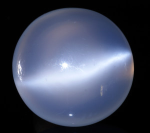 Лунен камък – скъпоценният камък, който сбъдва желания