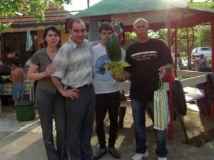 Кръстю Ангелов сред благодарни хора, които е излекувал