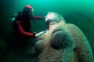 Открити са гигантски статуи на дъното от град Ираклион