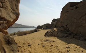 Скалите при Гебел ел Силсила, близо до мястото, където е открит изгубеният египетски храм Кхени