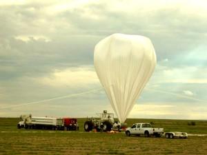 Балонът с хелий на NASA's High Altitude Student Platform (HASP) преди старта, с който са записани интересните мистериозни инфразвуци