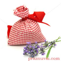 Любовните амулети са изработени от торбички в розово или наситено червено