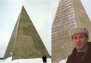 Александър Голод  на фона на пирамида в Русия