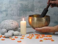 За приготвянето на амулета са необходими едно огледало, свещи две на брой,чаша за размесване на билките, вълнен червен конец