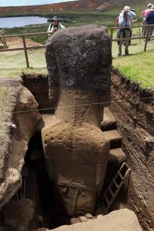 На гърба на Моаите ясно се виждат сцени от български ритуални танци и рунически знаци