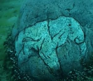 Невероятно изображение на мастодонт върху подводна скала в езерото Мичиган