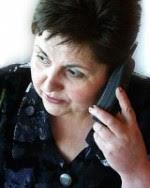 Боряна Тотева говори по телефона