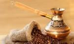 Гледане на кафе се извършва след сваряване на ароматната напитка в джезве