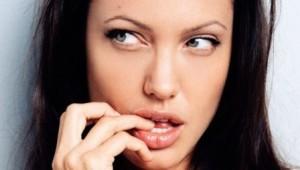 езикът на тялото при жените - хапане на устни