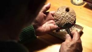 Изследване на древен артефакт с най-старата писменост на света