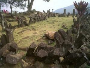 Върхът на хълма, където се намира предполагаемата пирамида в Индонезия