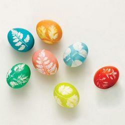 боядисване на яйца с цветя и листа