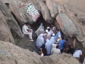 Първото откровение на Мохамед е една злокобна среща с някаква форма на духовно същество (демон) в пещерата Хира в околностите на Мека. Снимка на поклонници пред пещерата Хира.