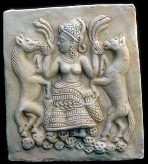 Древна статуя на Астарта с човешки черепи под краката си