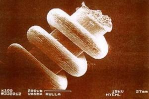 Един от древните артефакти с древна наотехнолгия под микроскоп с указани размери