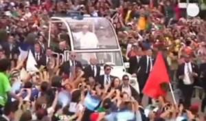 Папа Франциск е анатемосан, снимка от срещата с младежите на Бразилия.