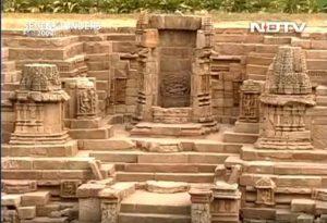 Град Дхолавира на цивилизацията Харапа е изграден с дебели стени до 18 м, за предпазване от цунами.
